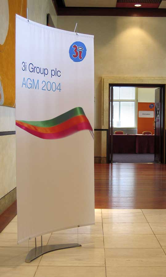 Fabric Exhibition Stand Examples : Curved fabric exhibition stands with opaque satin banners