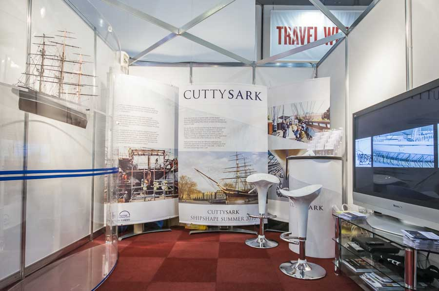 Large curved fabric banner displays in exhibition booth
